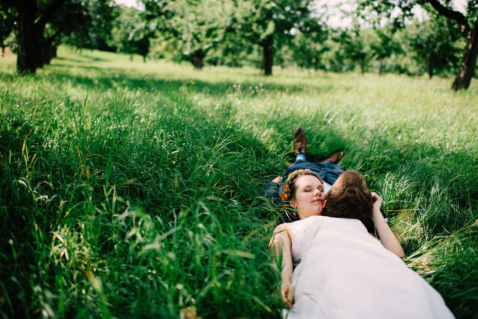 Hochzeitsfotograf Basel Landhochzeit Brautpaar im Gras Slideshow Main