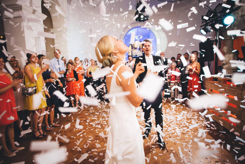 Das Brautpaar erschrickt beim ersten Tanz wegen einer Konfetti Kanone und jubelt laut Hochzeitsfotograf St. Gallen Schweiz