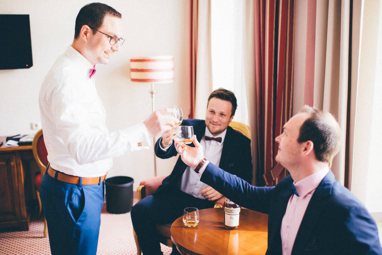 Der Bräutigam stößt am Morgen vor seiner Hochzeit mit seinen beiden Freunden und dem Trauzeugen mit einem Glas Wiskey an Hochzeitsfotograf Stuttgart Baden-Württemberg Freiburg Heidelberg Schweiz Basel
