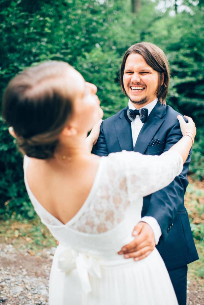 Braut und Bräutigam lachen und schauen sich verliebt beim Brautpaarshooting an Hochzeitsfotograf Stuttgart Baden-Württemberg Freiburg Heidelberg Schweiz Basel