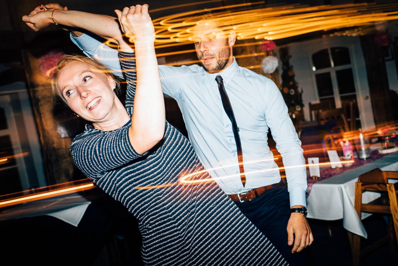 Party auf der Hochzeit und die Gäste tanzen wie wild Lindy Hop Hochzeitsfotograf Stuttgart Baden-Württemberg Freiburg Heidelberg Schweiz Basel