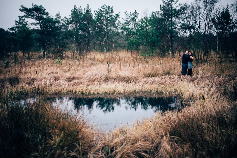 Hochzeitsfotograf Tübingen Freiburg Stuttgart Paarporträts Engagement Shooting Das Paar steht im Moor vor einem großen See