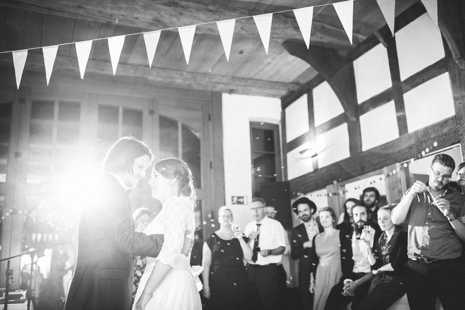 Hochzeitstanz auf der Boho Hochzeit Hochzeitsfotograf Bern Hochzeitsreportage Tanz und Party