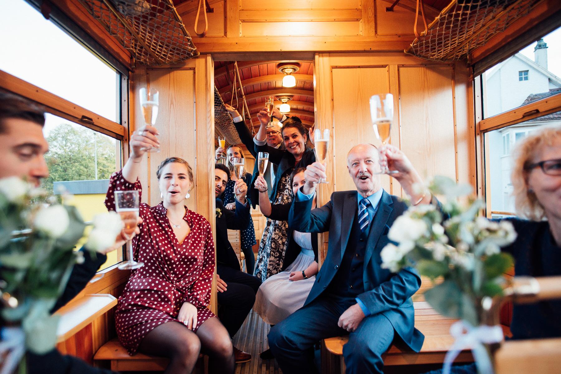 Hochzeit im Trämli in Basel auf der Fahrt durch Kleinbasel Hochzeitsfotograf Basel